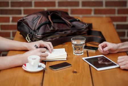 2 people having an informal meeting